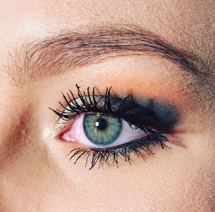 Nahaufnahme von Augenmakeup einer Frau