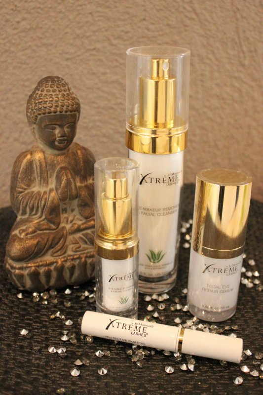 Buddhastatue neben Beautyprodukten für die Augen