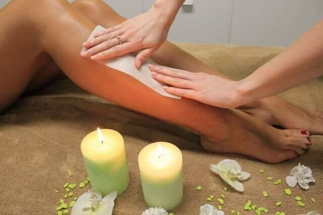 Haarentfernung an den Beinen durch Waxing