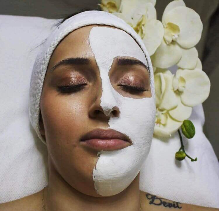 Frau bei Gesichtsbehandlung