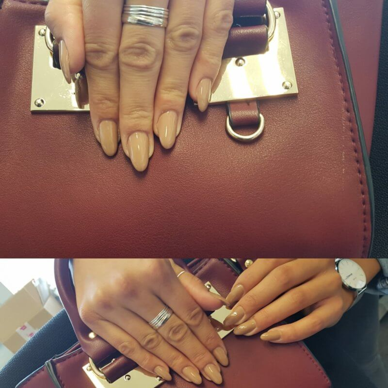 Frauenhände nach einer Behandlung im Nagelstudio