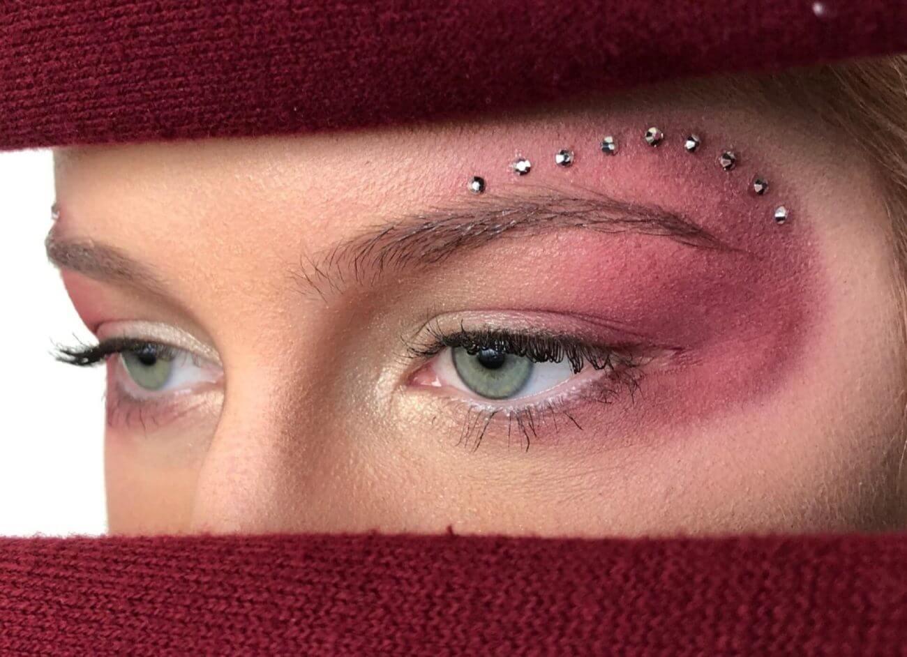 Augen-Make-up mit Strasssteinen