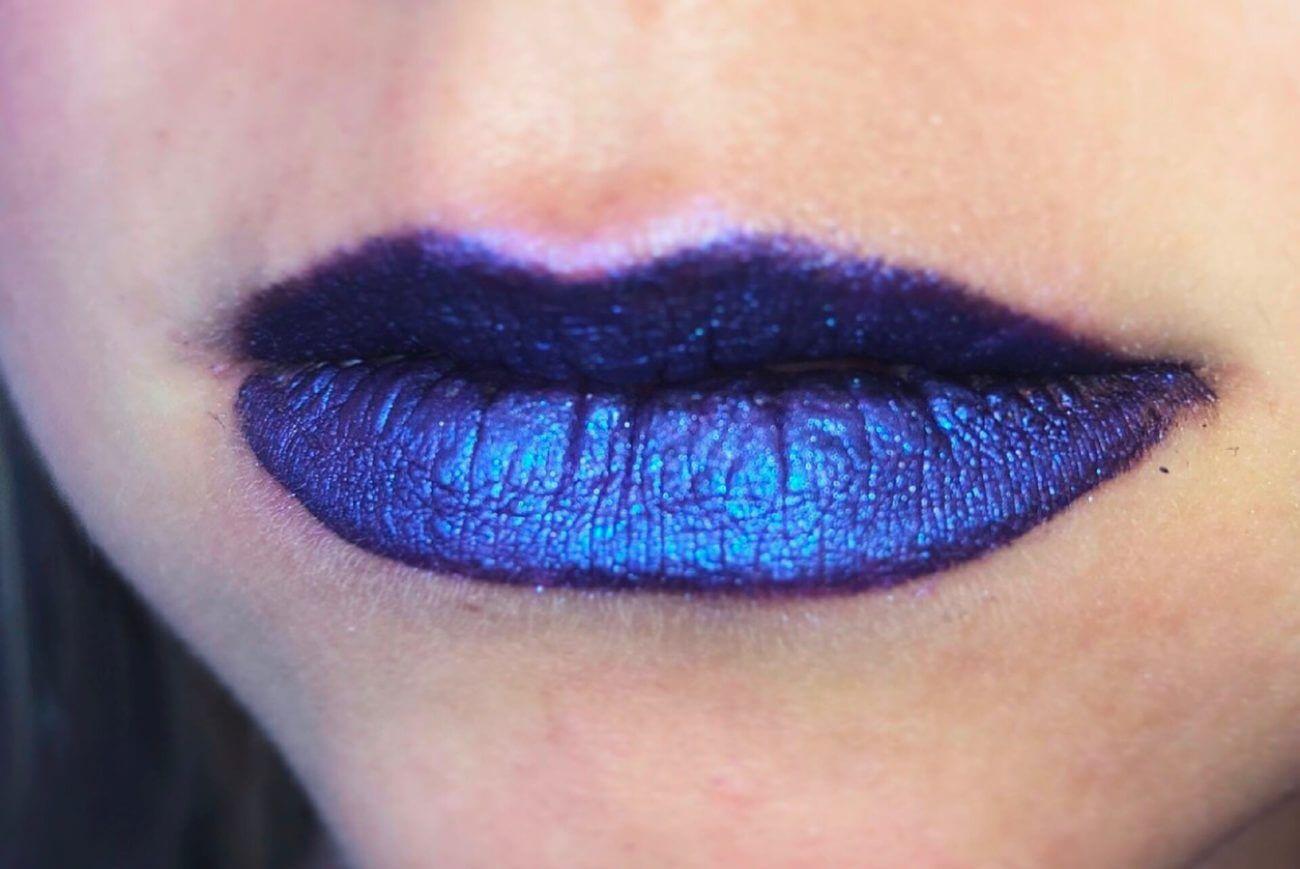 Violettes Lippen-Make-up vom Make-up-Artist