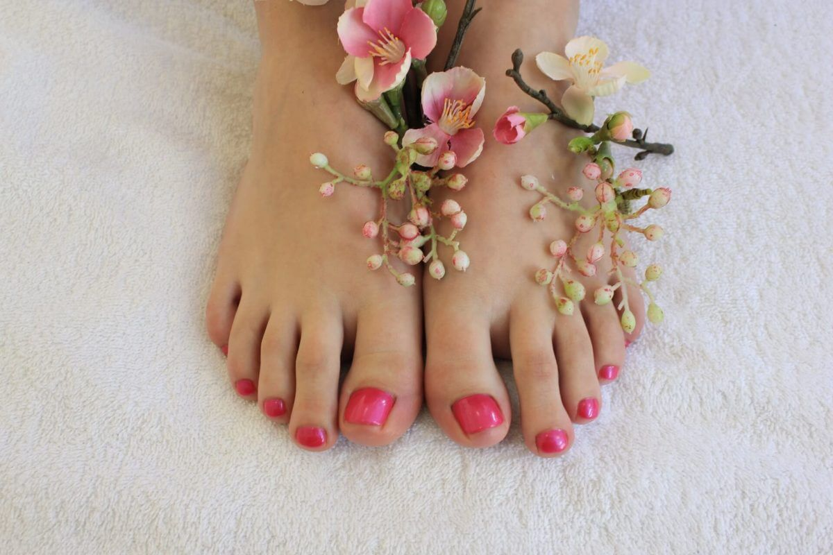 Lackierte Fußnägel nach der Fusspflege-Behandlung