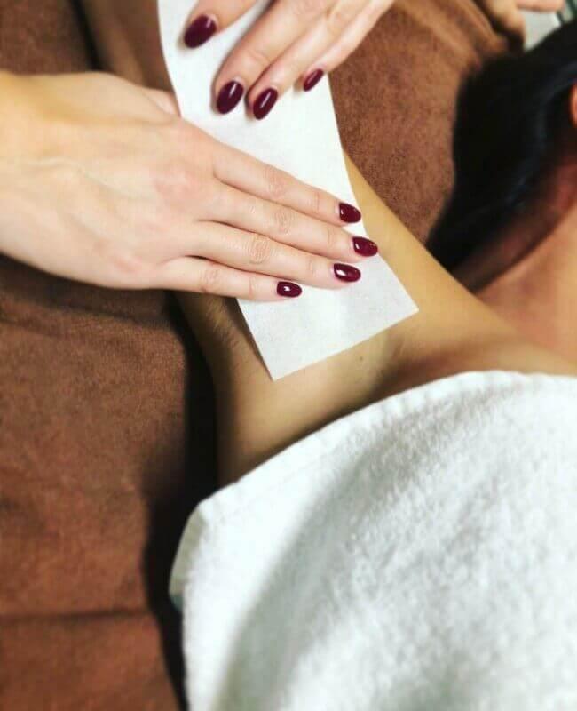 Haarentfernung der Achselhöhle mit Waxstreifen (Waxing)