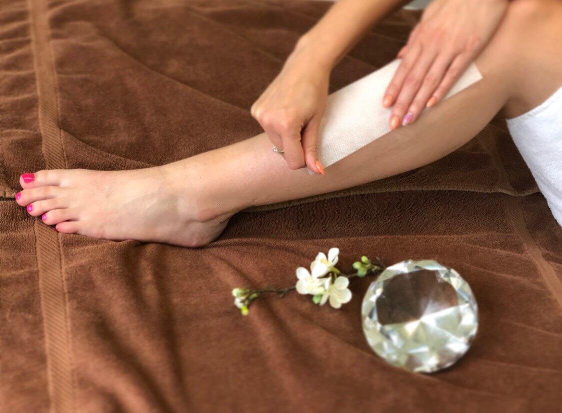Haarentfernung an den Beinen durch Waxstreifen (Waxing)