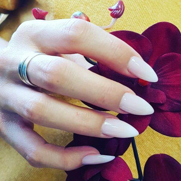 Weiße Fingernagel nach Behandlung im Nailin Sursee